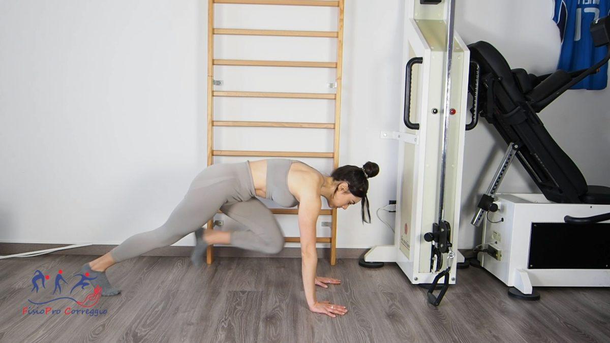 Potenziamento reattivo dello psoas in plank a gomiti estesi