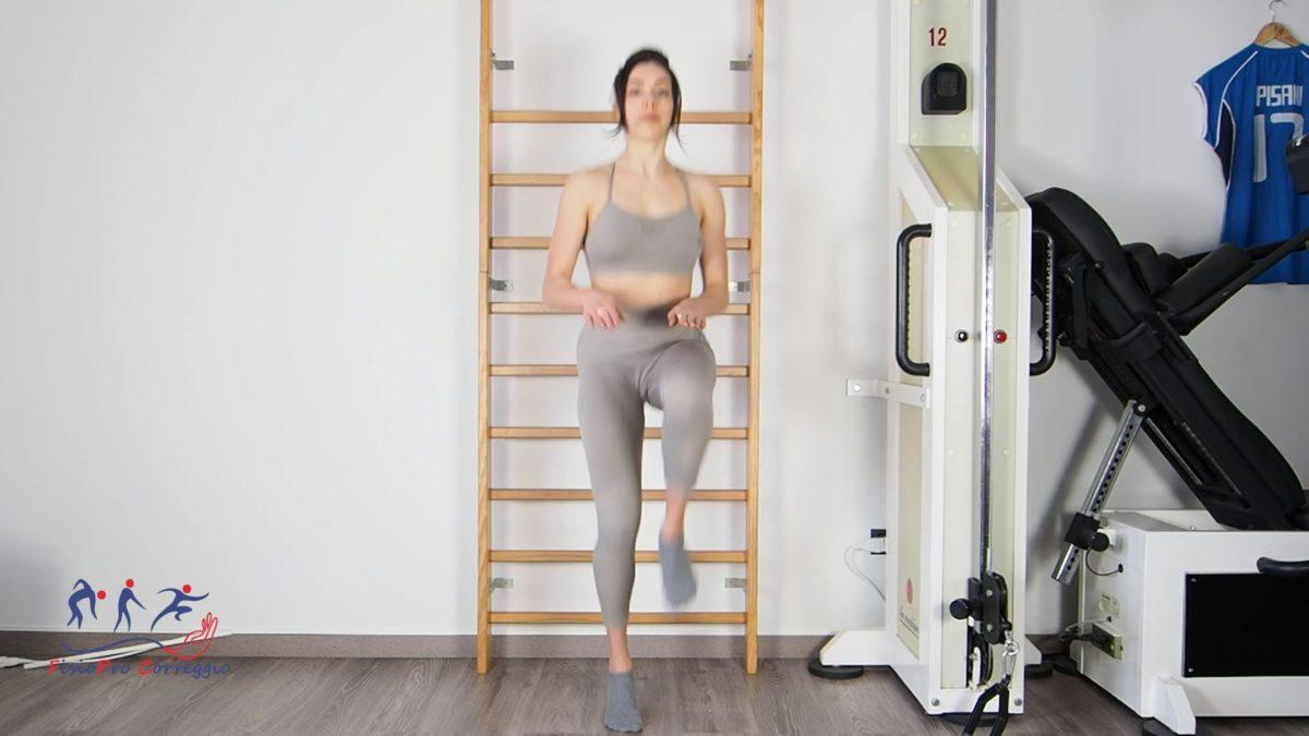Potenziamento reattivo dello psoas in stazione eretta -skip ginocchia alte