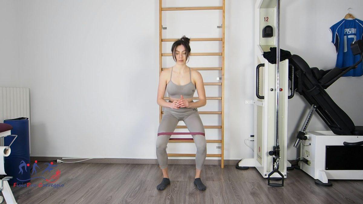 Squat bipodalico con resistenza elastica in extraotazione di anca