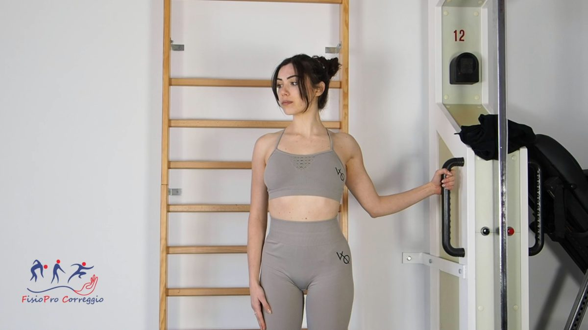 Stretching capsulare di spalla in extrarotazione a 90° in stazione eretta