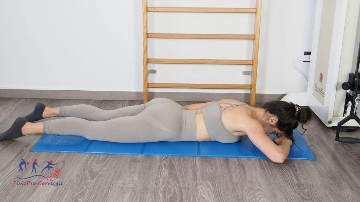 Stretching capsulare di spalla in extrarotazione da prona