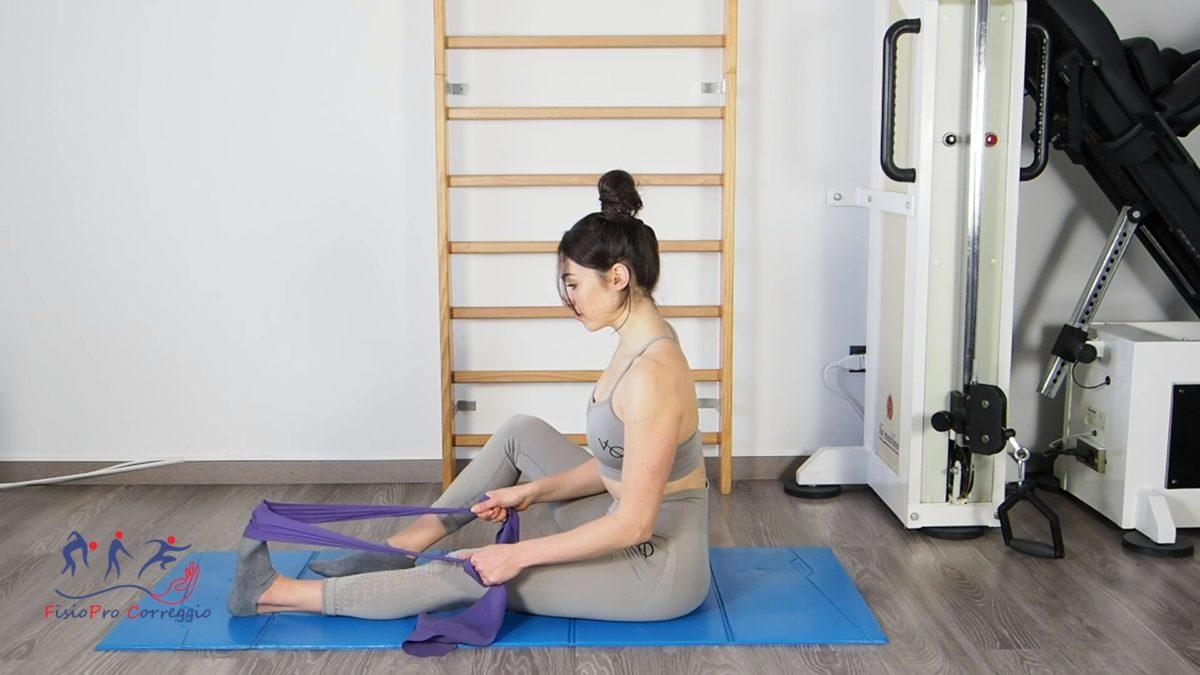 Stretching della fascia plantare con elastico da seduto