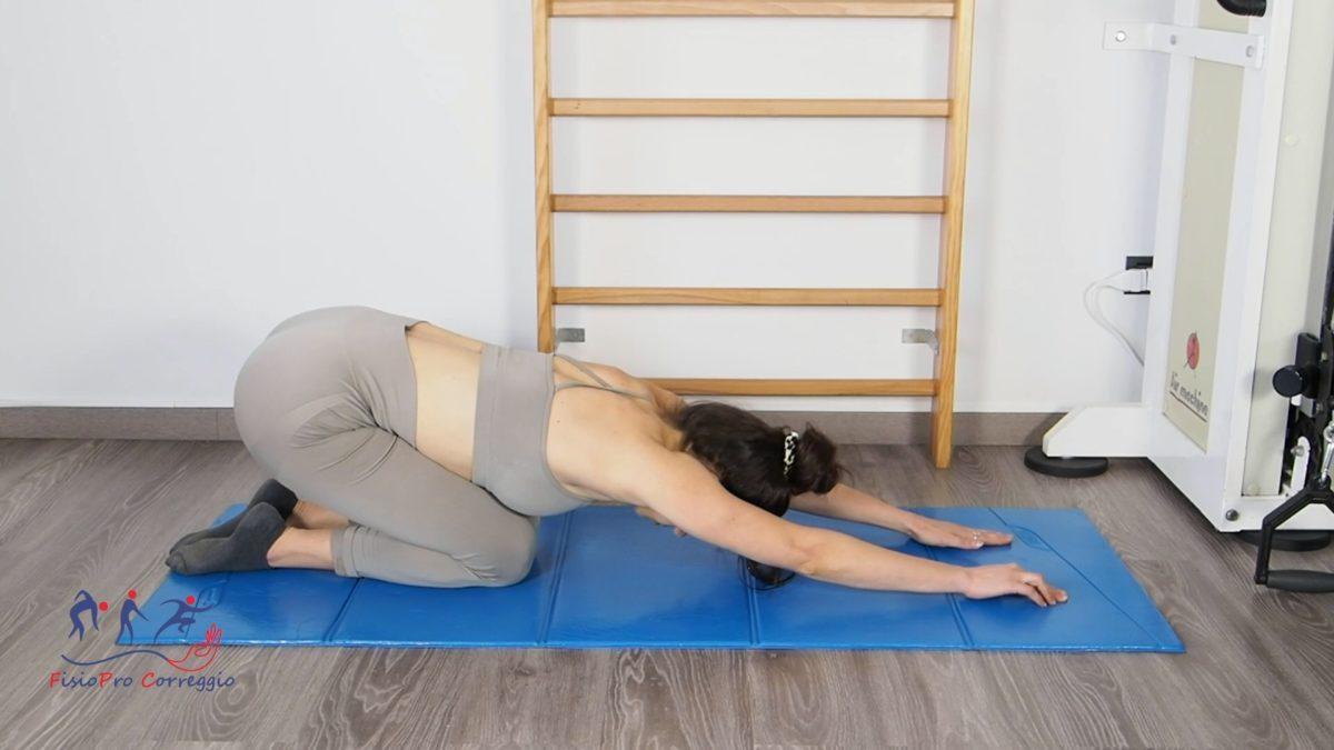 Stretching in elevazione anteriore di spalla da prono