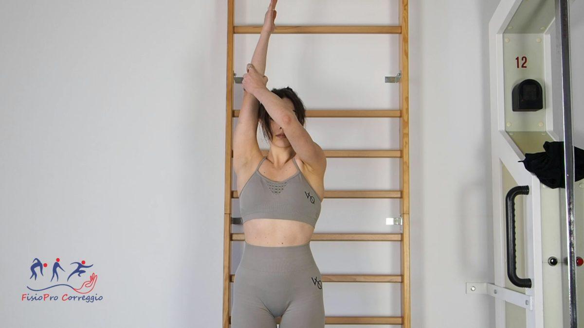 Stretching in flessione anteriore di spalla in stazione eretta